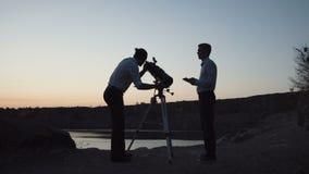 Mężczyzna rekonesansowa przestrzeń z teleskopem zbiory