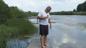 Mężczyzna relaksujący pobliski staw zdjęcie wideo