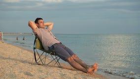 Mężczyzna relaksuje na deckchair zbiory wideo