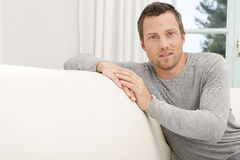 Mężczyzna relaksuje na kanapie w domu. Obrazy Stock