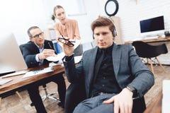 Mężczyzna relaksuje przy pracą Jest odpoczynkowy w biznesowym biurze zdjęcie royalty free