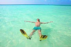 Mężczyzna, relaksuje w żółtych czarnych flippers żebrach, masce i Obraz Stock
