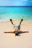 Mężczyzna, relaksuje w żółtych czarnych flippers żebrach, masce i Obrazy Royalty Free