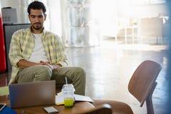 Mężczyzna relaksuje w biurze fotografia royalty free