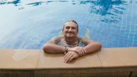 Mężczyzna relaksuje w hotelowym basenie zbiory wideo
