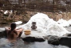 Mężczyzna relaksuje w japończyku onsen Zdjęcie Stock