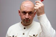 Mężczyzna relaksuje z krasnoludek głowy massager alternatywną terapię Indianin głowy masażu narzędzie, jaźni kierowniczy massager Zdjęcie Royalty Free
