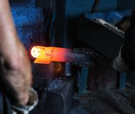 Mężczyzna robią metalowi gorącemu szczegółowi w starym smithy, zakończenie, gorąca meta, smithy fotografia stock