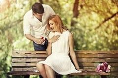 Mężczyzna robić proponuje jego dziewczyna zdjęcia stock