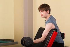 Mężczyzna robi ćwiczenie bicepsom Obrazy Royalty Free