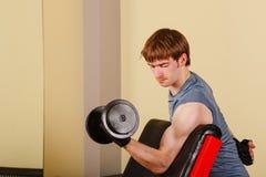 Mężczyzna robi ćwiczeniu dla bicepsów Zdjęcia Royalty Free