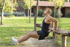 Mężczyzna robi ćwiczyć w parku. obraz royalty free
