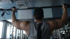 Mężczyzna robi bicepsa ćwiczeniu zbiory