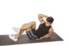 Mężczyzna robi brzusznemu ćwiczeniu Zdjęcie Royalty Free