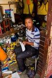 Mężczyzna robi butom i sandlas przy Tradycyjnej medycyny rynkiem zdjęcie royalty free