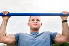 Mężczyzna robi ciągnieniu podnosi outdoors Fotografia Royalty Free