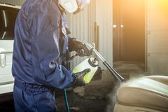 Mężczyzna robi cleaning samochód obrazy stock