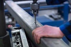 Mężczyzna robi dziury w metalu zdjęcie stock