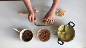 Mężczyzna robi farszowi kartoflanym croquettes od minced mięsa W pobliżu pieczarki w zbiornikach i faszeruje Przygotowanie piec c zbiory wideo