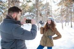 Mężczyzna robi fotografii jego dziewczyna outdoors Fotografia Royalty Free