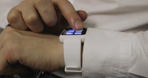 Mężczyzna robi gestom na noszonym smartwatch komputeru przyrządzie zbiory