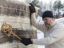 Mężczyzna robi gospodarstwo domowe obowiązek domowy Zdjęcia Stock