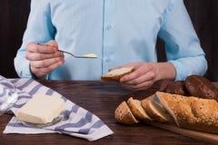 Mężczyzna robi grzance z masłem zdjęcia royalty free