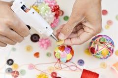 Mężczyzna robi handmade boże narodzenie piłce Zdjęcie Stock