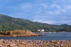 Mężczyzna robi jego potrzebom w kamieniach plaża Manzanillo Colima fotografia royalty free