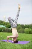 Mężczyzna robi joga ćwiczy w parku Obrazy Royalty Free
