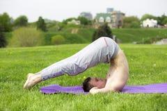 Mężczyzna robi joga ćwiczy w parku Zdjęcia Stock