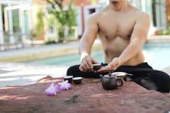 Mężczyzna robi joga i garnkowi herbata Obraz Stock