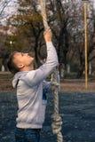 Mężczyzna robi linowemu wspinaczkowemu sprawności fizycznej ćwiczeniu Obrazy Stock