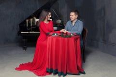 Mężczyzna robi małżeństwo propozyci sympatii zdjęcie royalty free