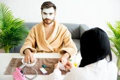 Mężczyzna robi manicure'owi Obrazy Royalty Free