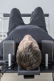 Mężczyzna robi pilates w Cadillac Obraz Stock