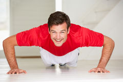 Mężczyzna robi push-ups w domowym gym Obraz Royalty Free
