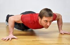 Mężczyzna robi pushup sprawności fizycznej ćwiczeniu Obraz Royalty Free