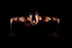 Mężczyzna robi pushups Zdjęcia Royalty Free