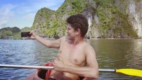 Mężczyzna Robi Selfie w kajak ryba skokach Tymczasem z wody zdjęcie wideo