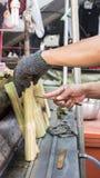 Mężczyzna robi tajlandzkiemu jedzeniu dzwoniącemu Obrazy Stock