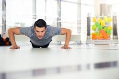 Mężczyzna robi Ups przy gym fotografia royalty free