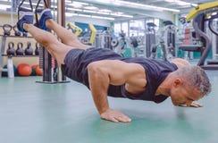 Mężczyzna robi zawieszenia szkoleniu z sprawności fizycznych patkami zdjęcia stock