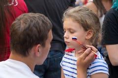 Mężczyzna rosjanina rysunkowa flaga na policzku młoda dziewczyna wielbiciel sportu Obrazy Stock