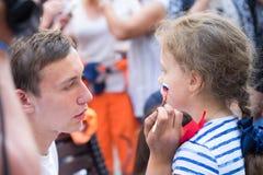 Mężczyzna rosjanina rysunkowa flaga na policzku młoda dziewczyna wielbiciel sportu Fotografia Royalty Free