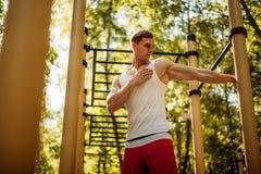 Mężczyzna rozciąga mięśnie przed ćwiczeniem fotografia royalty free
