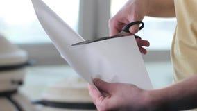 Mężczyzna rozcięcia papier z nożycami zbliżenie zbiory