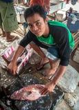 Mężczyzna rozcięcie i sprzedawanie łowimy przy ulicznym rynkiem Zdjęcie Royalty Free