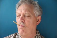 mężczyzna rozgorączkowany termometr zdjęcia stock