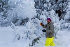 Mężczyzna rozjaśnia śnieg od gór Obrazy Royalty Free